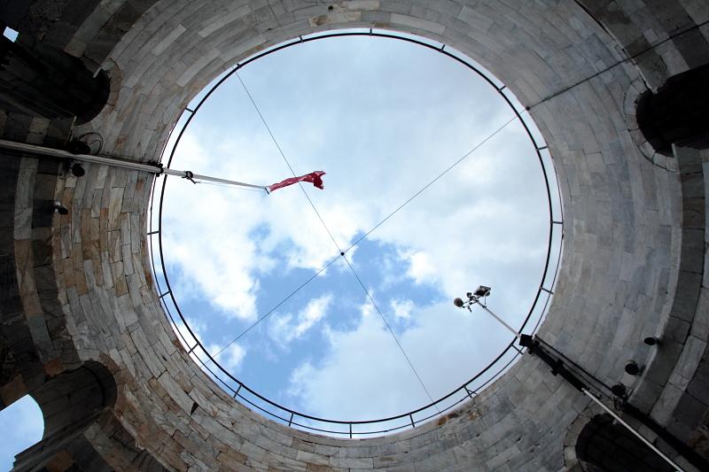 斜塔から天を仰ぐ。