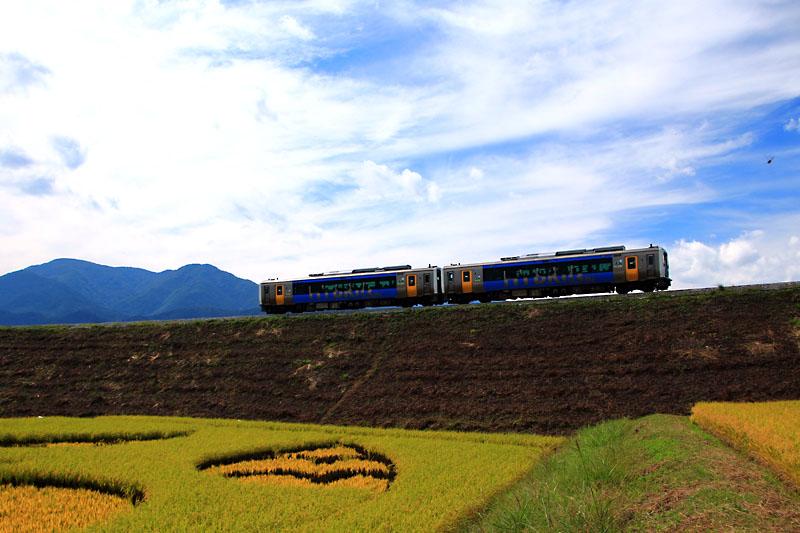 ハイブリッドな電車と空。