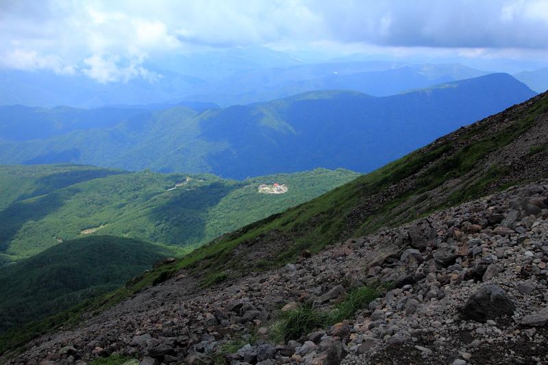 遠く下に見える山頂駅