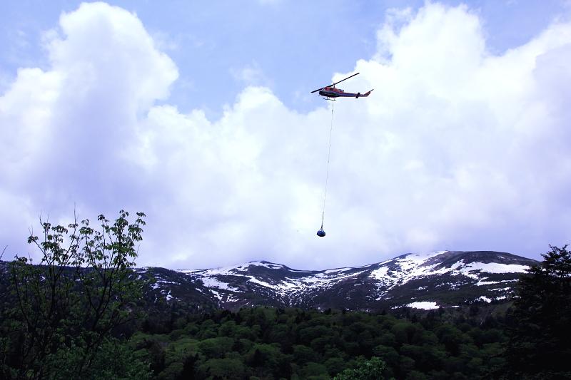 尾瀬の物資を運ぶヘリコプター