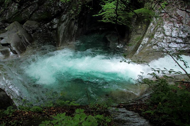 エメラルドグリーンの流れ